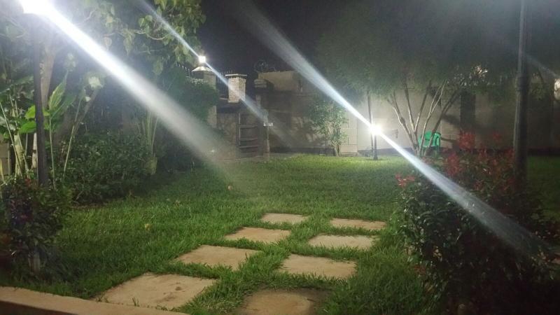 Disfrutar de la brisa fresca en el jardín privado en la noche