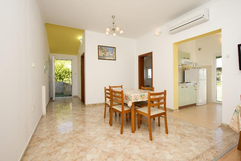 A6(4): dining room