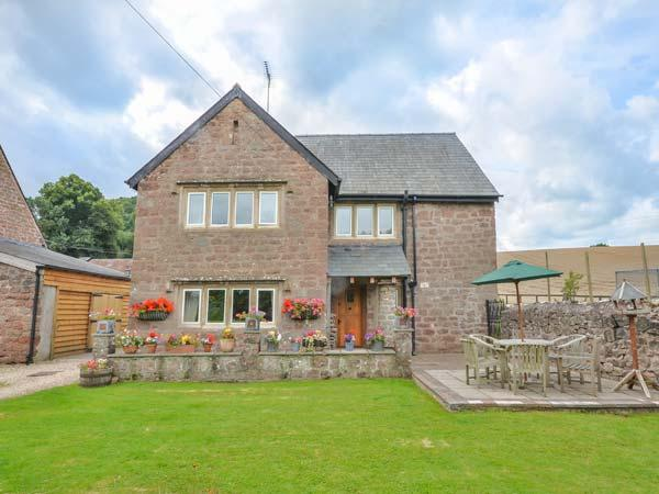 THE OLD FARMHOUSE, hot tub and sauna, en-suite, pet-friendly, enclosed lawned, vacation rental in Kerne Bridge