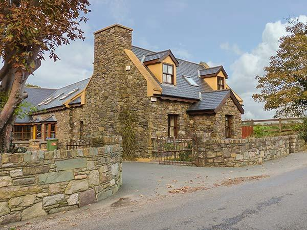 BRIDGE VIEW, woodburner, private patio, WiFi, Beaufort Ref 930108, holiday rental in Fossa