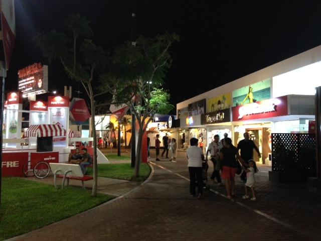The Boulevard in season offers restaurants, shops, cinemas, supermarkets, nightclubs, etc.