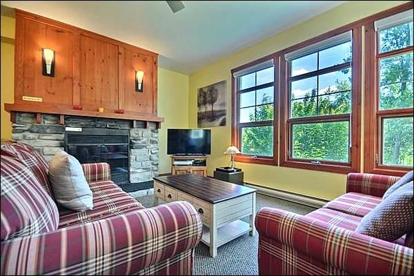 Cozy 1BR Facing the Hill, Year Round Common Area Hot Tub/Sauna (215556), holiday rental in Huberdeau