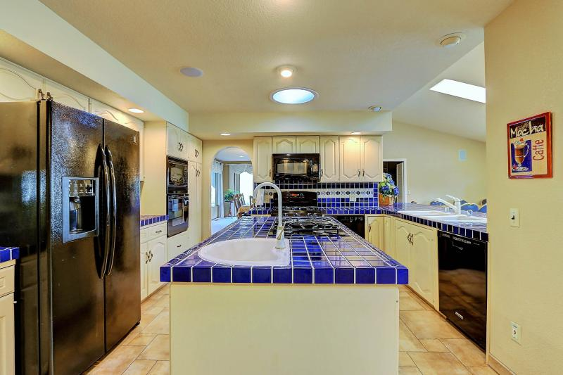 West Coast Villa I Large Island with gas cooktop