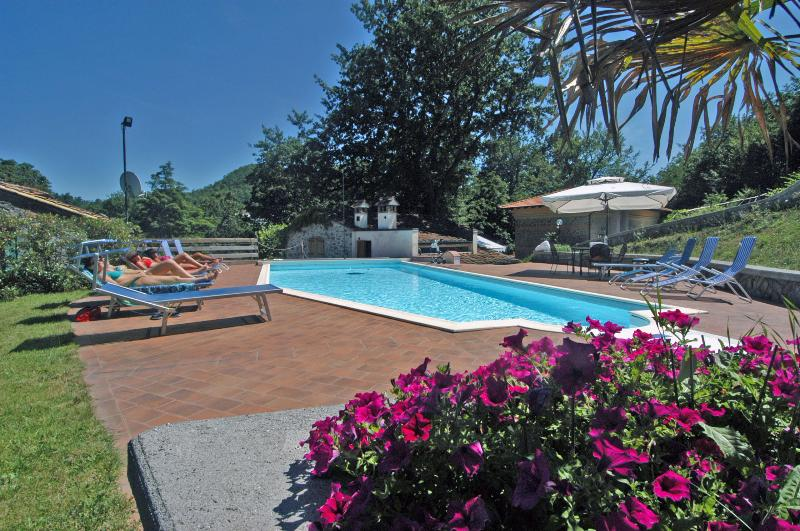 Stylish Villa with 6 bedrooms en suite and Private Pool, 20 minutes from Pistoia, vacation rental in Porretta Terme