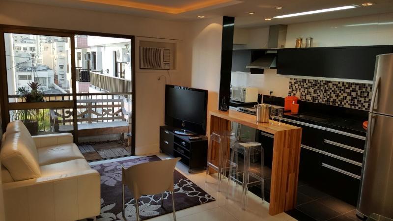 Visão da sala de estar integrada à cozinha