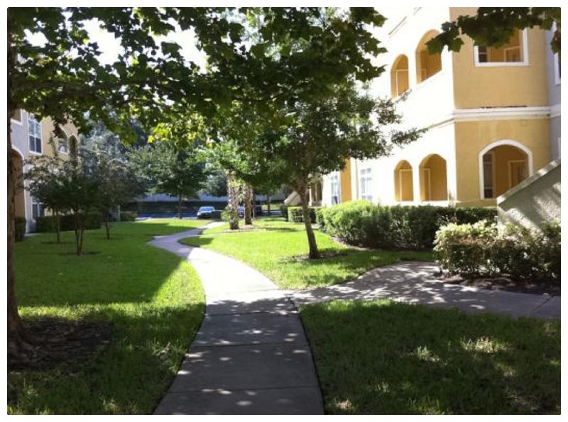 Pathway between building / Chemin entre les unitées