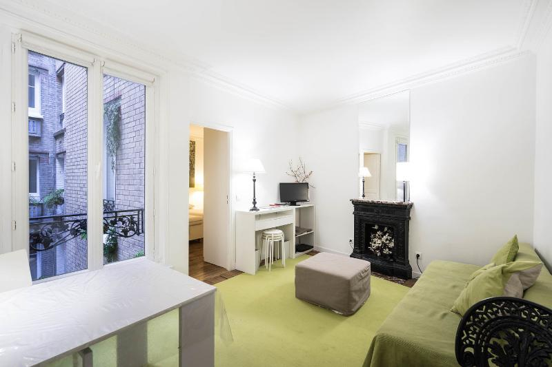Chic 1 Bedroom Apartment on the 2nd Floor in Paris, holiday rental in Paris