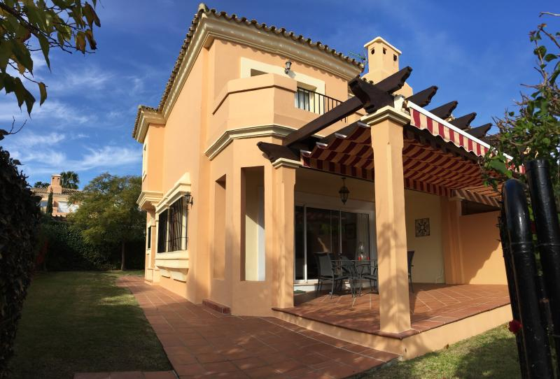 Semidetached house in Alcaidesa near golf, casa vacanza a Castellar de la Frontera