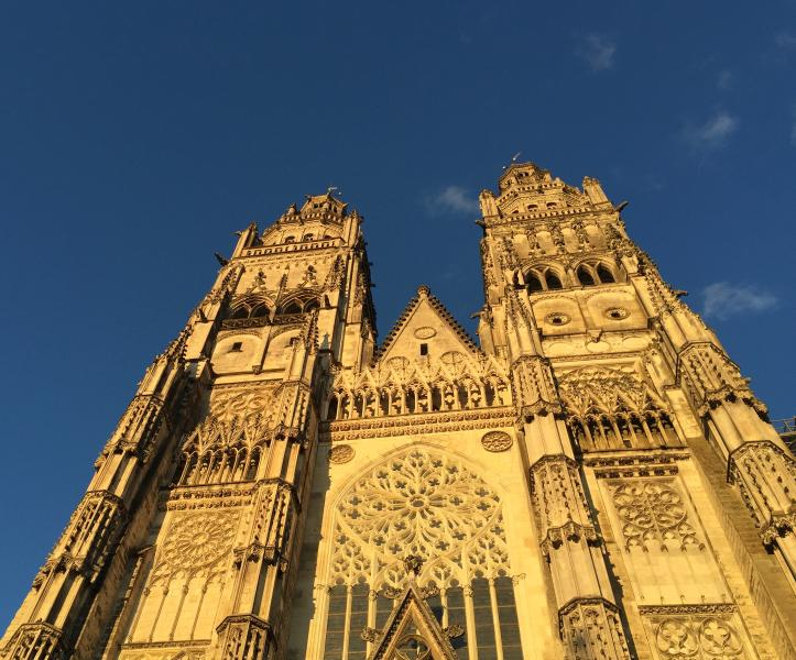 Tours cathedral only 10 min drive or 30 min jogging on the Loire river trail