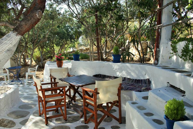 Meltemi 2 bedroom apartment, vacation rental in Logaras