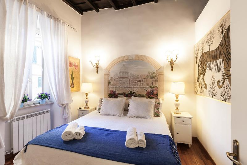 CENTRAL COZY FEW STEPS FROM  COLISEUM/ROMAN FORUM/  FAMILY APT FAST WIFI, holiday rental in Rome