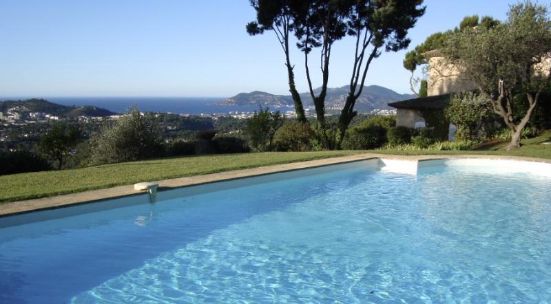 Villa Cannes - Panorama-Villa mit Meerblick, vacation rental in Mougins
