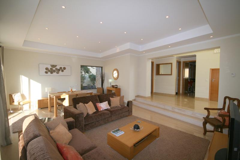 Open plan living dining room, with satalite tv, wifi, iPod docking stating and enough seating for 6.