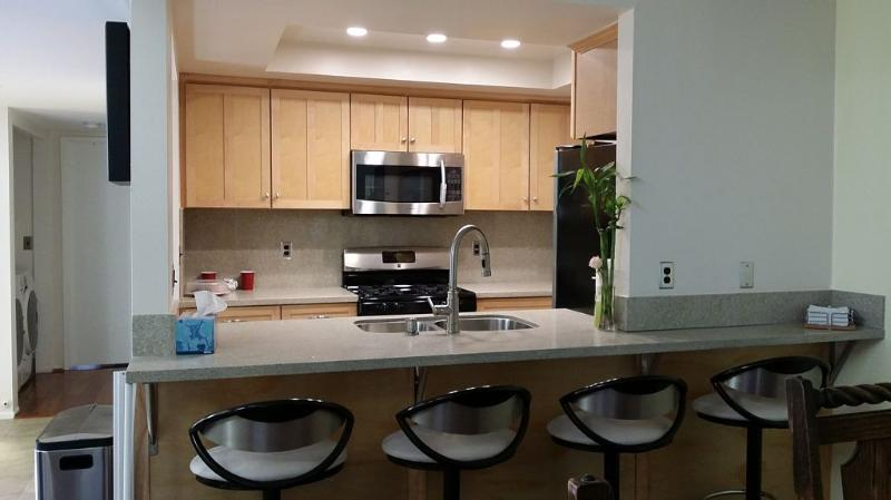 REMODEL 1.5 Blocks from BEACH and 2 blocks from MAIN St/HB Pier., holiday rental in Huntington Beach