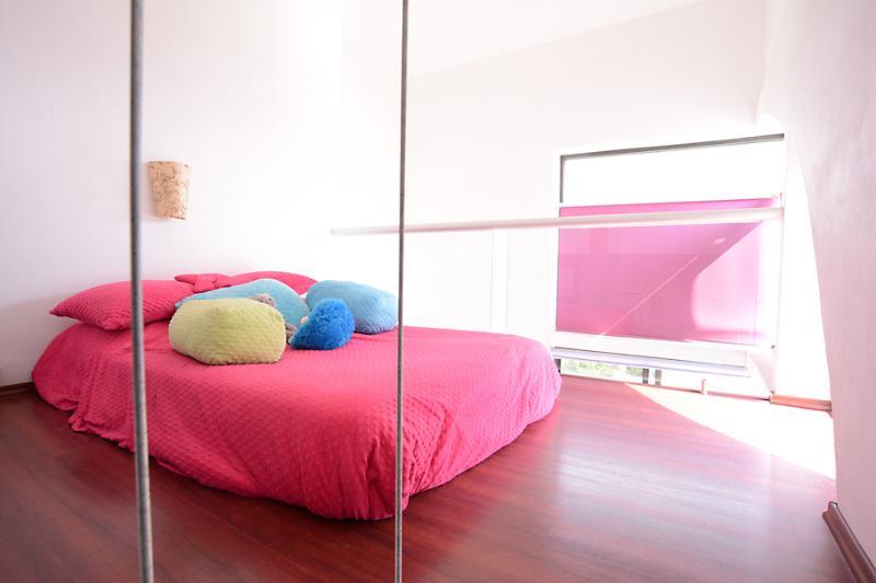 Habitación rosa. Esta cama está en un tapanco.. una delicia dormir ahí