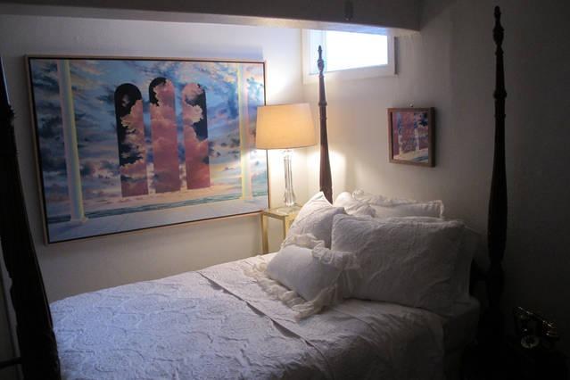 Comfortable Studio with lots of natural light & amenities for a romantic getaway or business trip