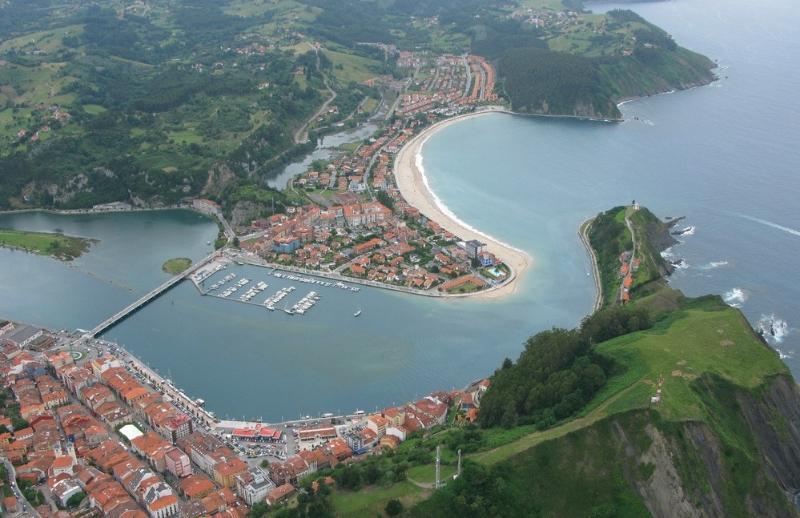 Vistas del casco urbano y la zona de playa de Ribadesella, desde el este