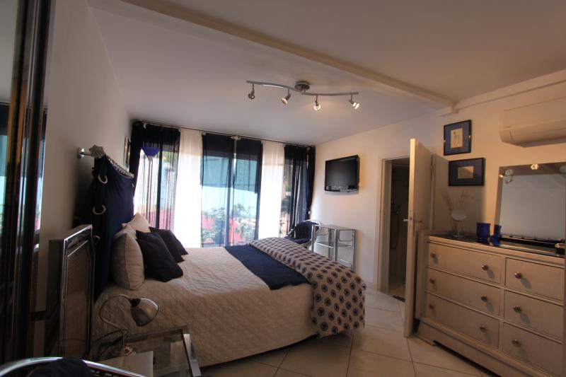 Navy blue Bedroom  2 guests - 1 Bed 160 - Cot -  with Showerroom and independent access