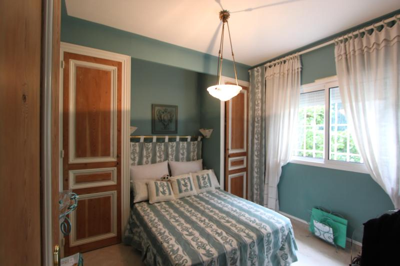 Turqoise Bedroom  :  Queen size bed (140), air-conditioning,  schower