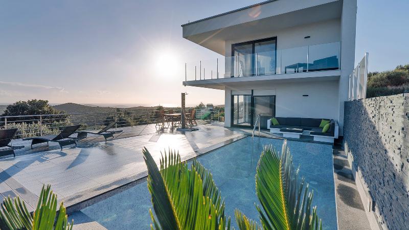 Luxury villa with private pool and Landrover Jeep, location de vacances à Marina