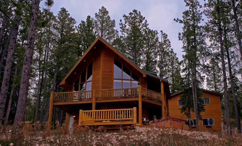 Sasquatch Gulch Lodge - Private Hot tub and Game Room!, holiday rental in Iola