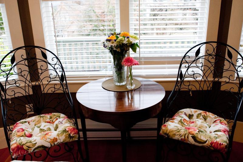 Ivy Room - cozy sitting area.