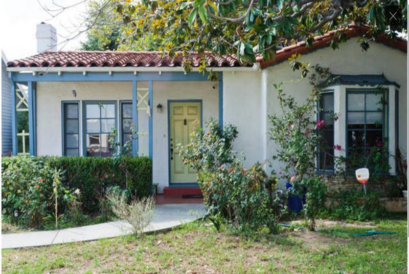 Villa espagnole avant maison avec cour avant et passant de stationnement en voiture privé