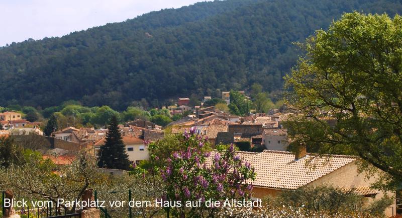 Blick vom Parkplatz vor dem Haus auf die Altstadt von Cabasse