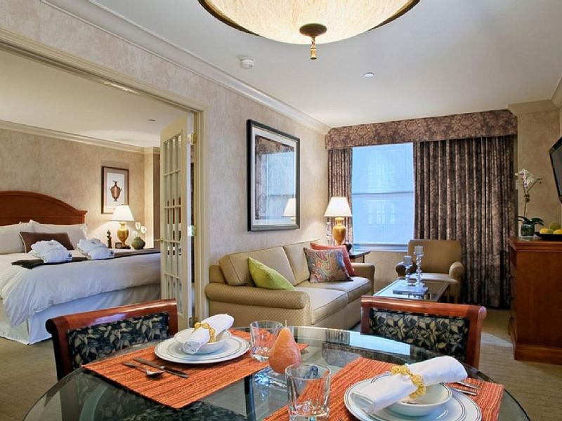 a luxury suite for rent at manhattan club has parking and dvd player