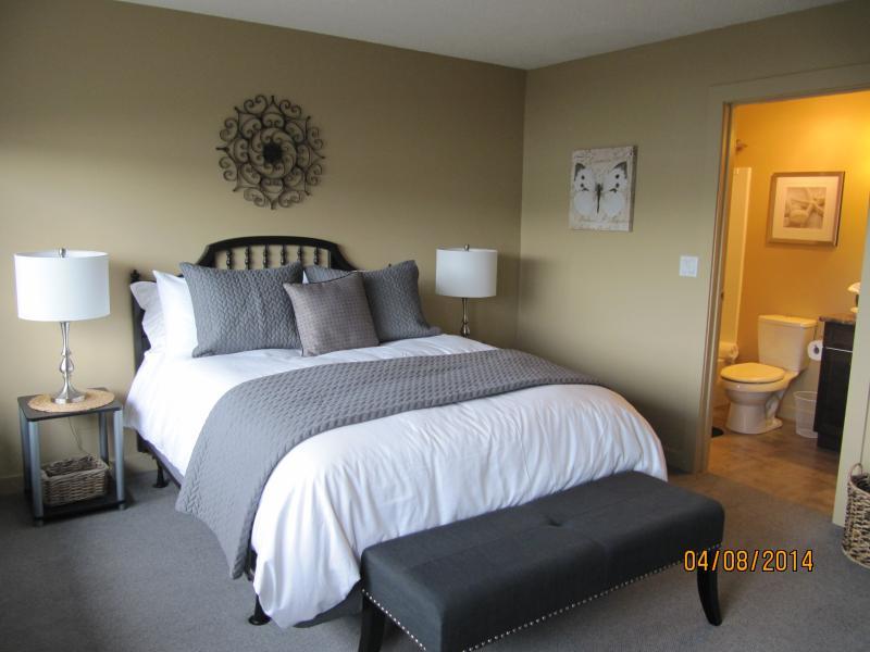 2nd queen size bedroom with ensuite bathroom