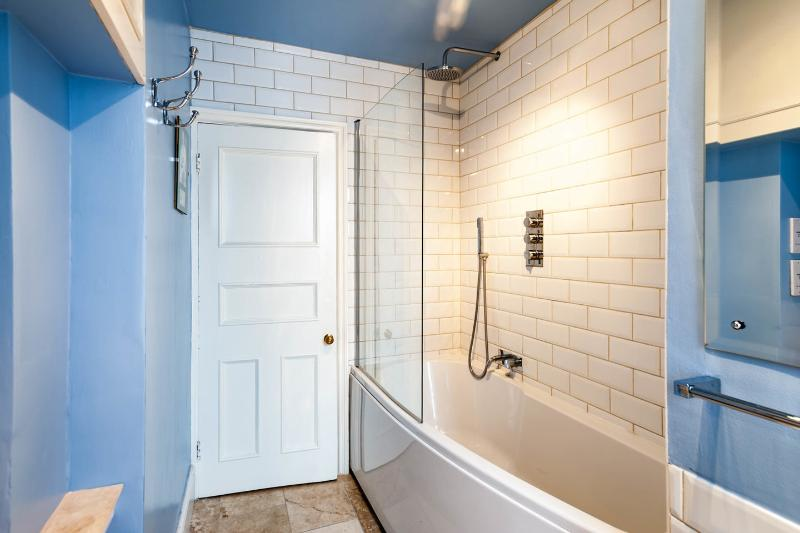 Deep bath, with thermostatically-controlled overhead shower & spray.