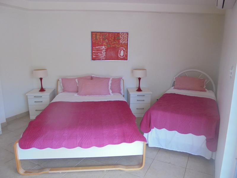 Habitación no 2 tiene cuarto de baño, terraza propia, cocina americana y cama adicional