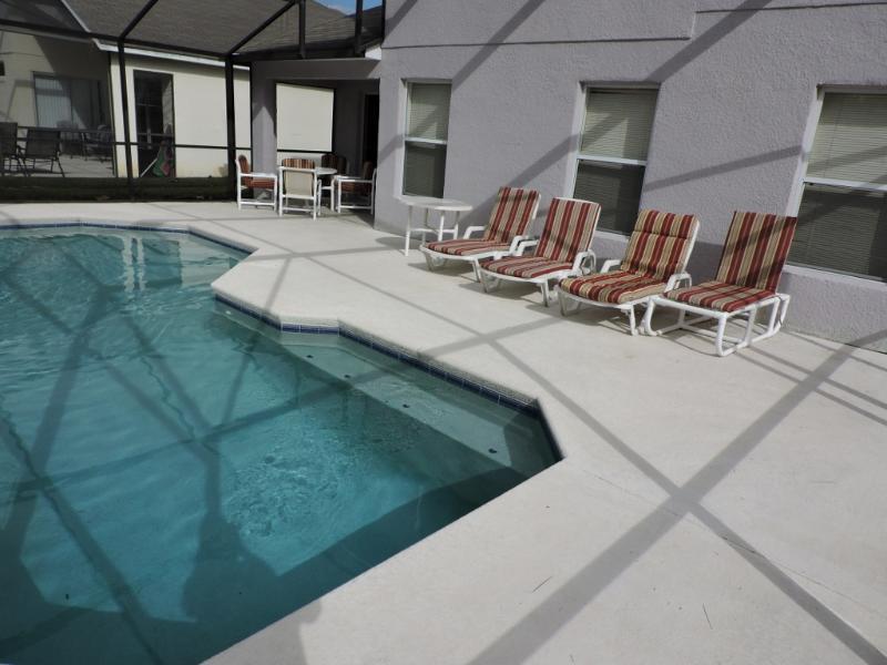 Ihr privater Pool mit vielen Platz zum Sonnenbaden