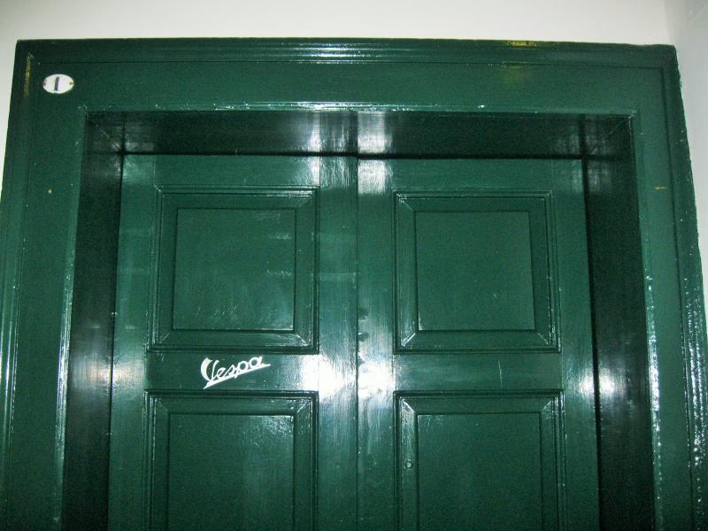 L'Officina Via R. Il Guiscardo 4, Bari Dimora Vespa - particolare porta