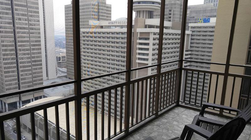 Beautiful Downtown Atlanta  Condo with City Balcony View and Amazing Location, holiday rental in Atlanta