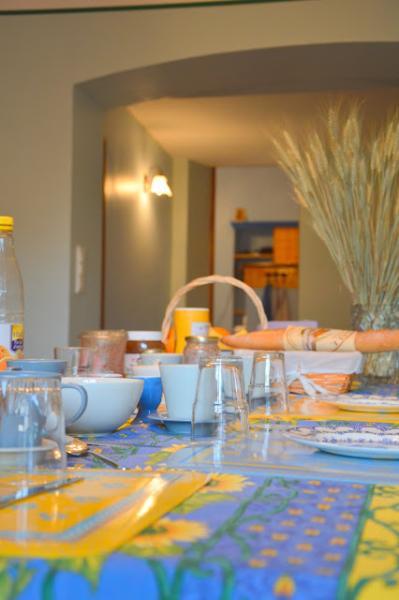 Provençaals ontbijten in de grote eetkamer beneden