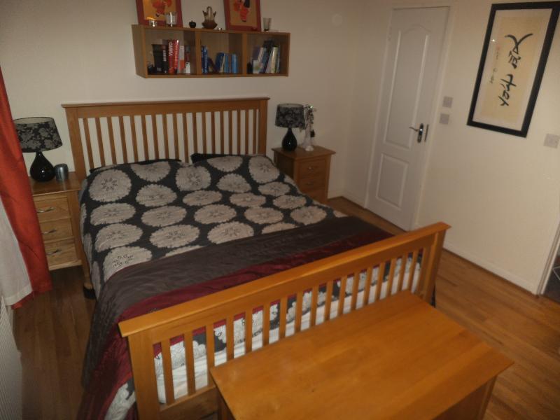Quarto principal whith cama queen-size, casa de banho privada.