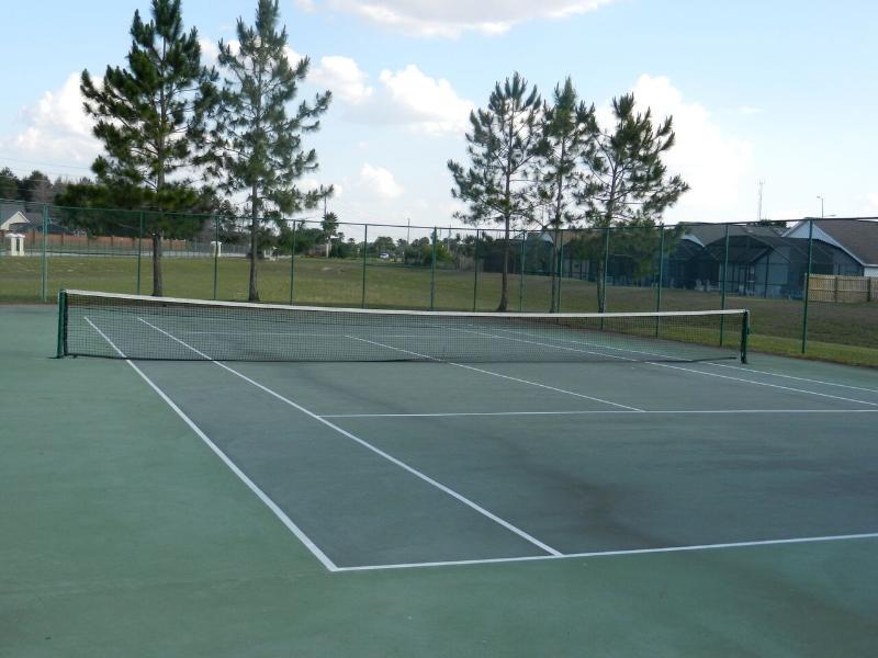 Deux bien entretenu des courts de tennis sur place.