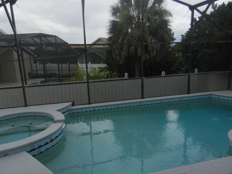 Invitant projeté dans une piscine privée avec bain à remous. Chaleur piscine supplémentaire.