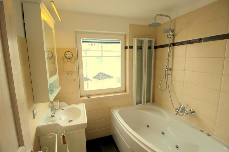 Bad im ersten Obergeschoss mit Whirlwanne und Regenduche