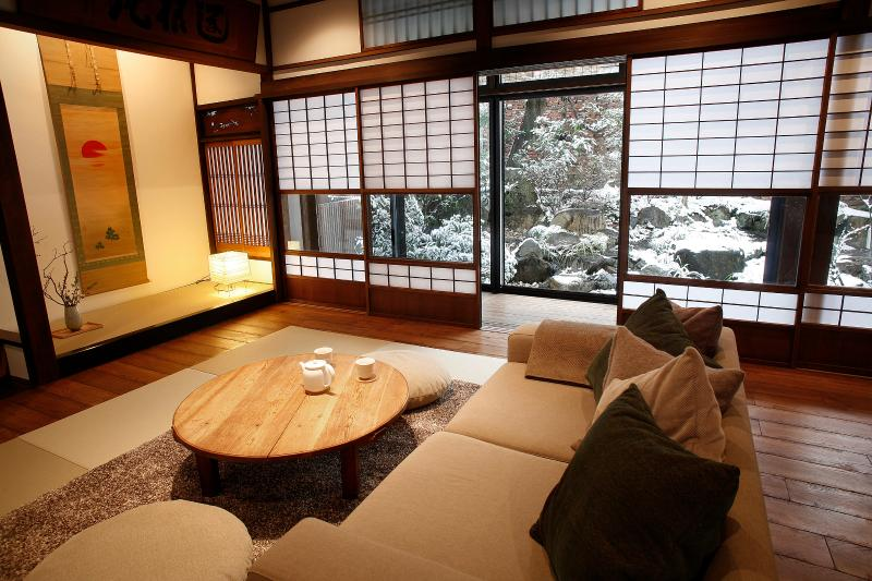 LICENSED RENTAL, 2,100Sqft, CITY CENTER HISTORICAL RENOVATED PROPERTY., holiday rental in Kyoto