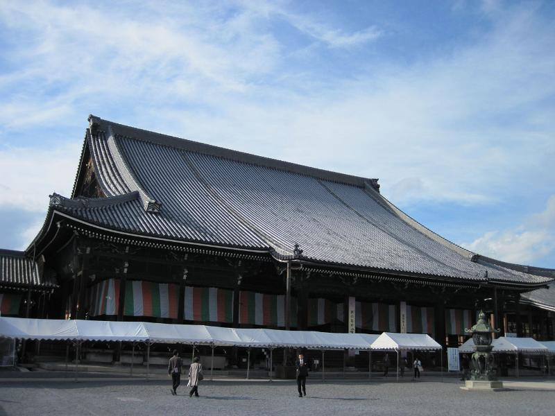 Unesco world heritage Honganji temple is 7mn away.
