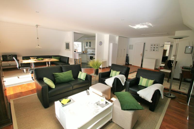 Abierto de DG 90 m² salón comedor con cocina y balcón orientación sur