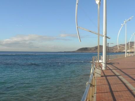 vistas del paseo de la playa delante del edificio