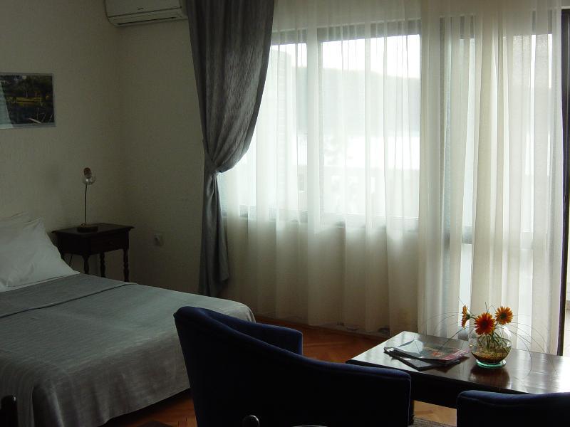 KAMELIA: Living-room, sofabed unfolded