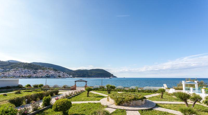 Del Sol, Villa Apartment across sea, pool & Tennis, location de vacances à Ville de Skopelos