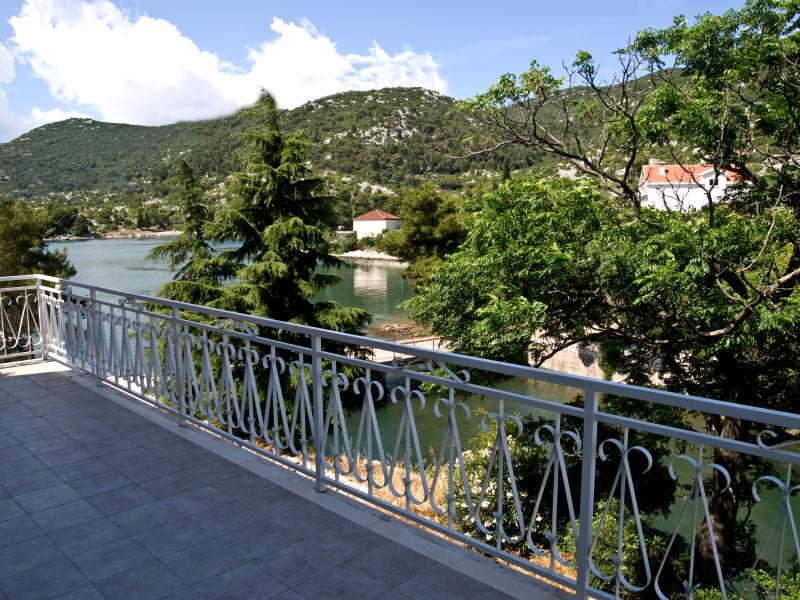 Seaside Apartment (1) with balcony., holiday rental in Bacina