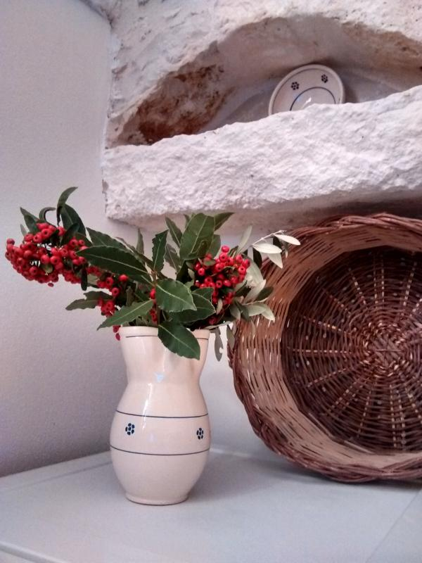 Features: basket, pottery and flavours of Puglia