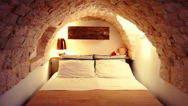 Feel the magic of the living stone: the bedroom...