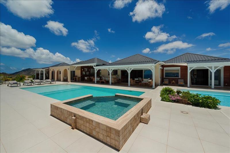 Luxury 4 bedroom villa with gym, sauna and heated pools, aluguéis de temporada em La Savane